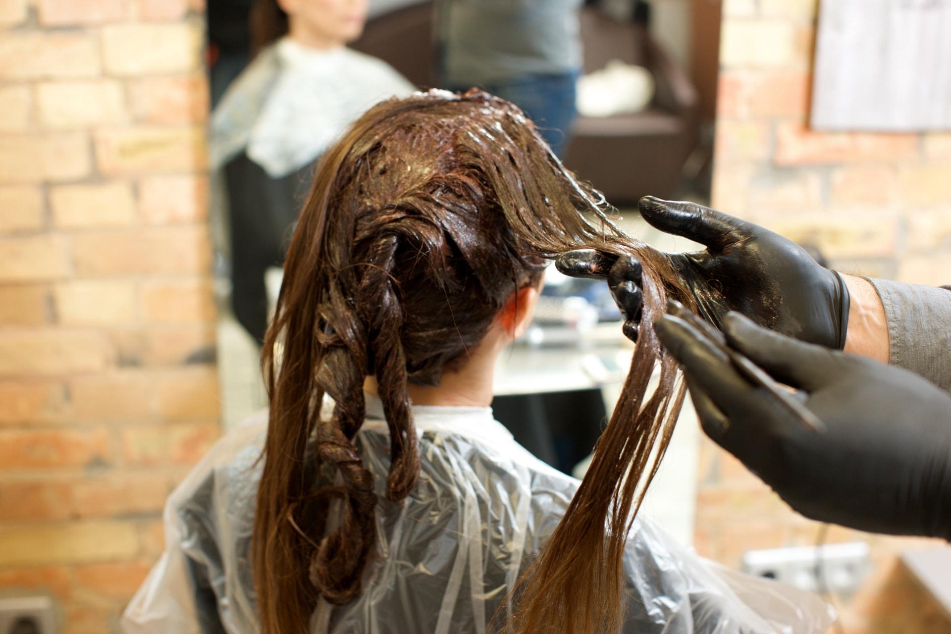 【女性の薄毛】ヘアカラーは女性の薄毛の原因!